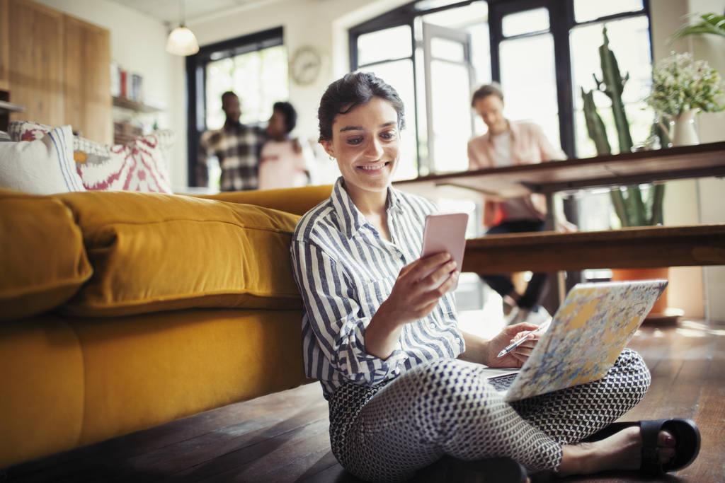 Mulher usando o celular para fechar um seguro online