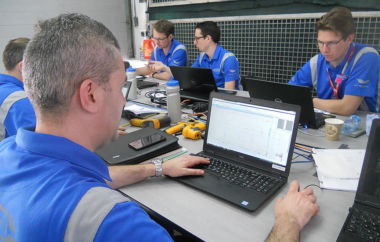 Equipe Carlin lê os dados de telemetria do carro do Sette (Foto: Livio Oricchio)