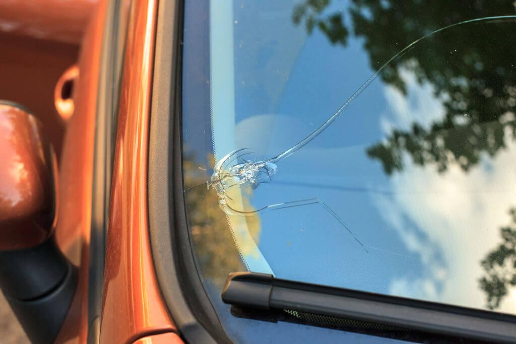 carro com vidro quebrado
